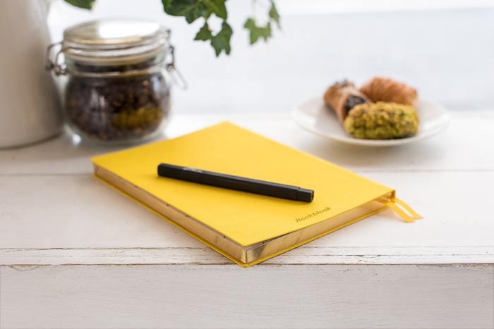 ボールペンは、たいていのお店に売っているのでとてもコレクションしやすいアイテム。素敵なペン立てに入れてリビングルームにおいておけば、いつでもすぐに使えますね。