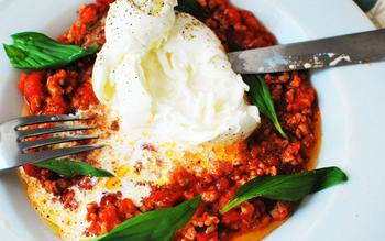トマト缶を使った手作りのミートソースに、ブッラータを丸ごとのせたご馳走ディッシュです。淡白なブッラータにナイフを入れてミートソースと絡めれば、生クリームと一体になってまろやかさな美味しさに。