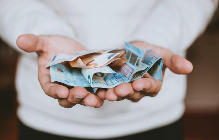 コレクションとして一般的な「お金」は、国によっては同じ通貨を使っていることも多々あり(例えばヨーロッパ圏のユーロ)、自国の貨幣が不安定な国は、東南アジアでもアメリカドルを使っていたりします。 こういった理由から硬貨や紙幣などのお金は旅コレクションには向いていないかもしれません。また、電車や鉄道の切符も手軽なコレクションですが、こちらも最近では紙媒体ではなく電子カードを使う場合も多いで、同じく旅コレクションには向かないと言えるでしょう。アイテムを選ぶ前に、どこの国でも本当にあるものかどうか、しっかりと考えておきたいですね。