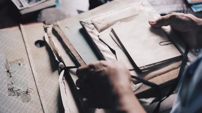 ポストカードなら「ファイル」、切手なら「切手手帳」など、大切な旅の思い出を無造作に放置しないためにも、コレクションをきれいに保存しておくための入れ物を用意しておきましょう。コレクションが2、3個集まった時点で、それに合うタイプのファイルや手帳を購入するのがおすすめです。