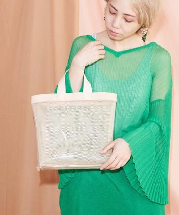 色に主張のないクリアバッグは、チアフルカラーの洋服にもすんなりフィット。小物に迷うインパクティブなアイテムを着るときは、ぜひ積極的に活用してみて♪