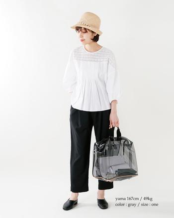 大人な着こなしに似合うブラックのクリアバッグ。グレーっぽい発色が、都会的なおしゃれムードを醸します。シックなモノトーンスタイルとも相性抜群♪