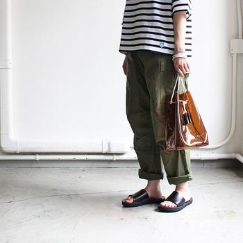 クリアバッグの中でも特に注目を集めているのが、カラメルのような落ち着きブラウン。透明感のある褐色が、夏の装いをシックに導きます。