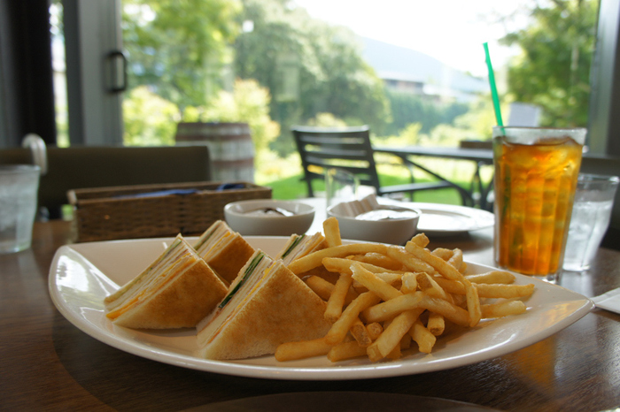 特に素晴らしいのが、仙石原の自然景観に溶け込んだ庭園です。訪れるのであれば、カフェやランチタイムも楽しんで、風景とともにその世界観に浸って下さい。【「箱根ラリック美術館」内に併設されたレストラン「LYS」」】