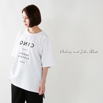 このロゴTは、パリの番地をイメージした、上品シンプルな印象のフォントです。Tシャツ自体がビックシルエットで、そのためゆったりと着られるので、ボトムはすっきりシルエットのパンツを合わせると◎。ボトムとロゴのデザインが同系色or同じ温度感のものを選ぶとよりスタイリッシュに。