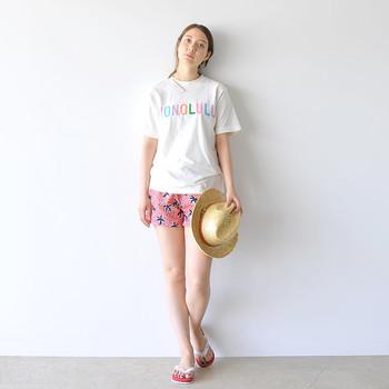 もし夏に海のあるリゾートや、それこそハワイに行かれる方はこんなビーチスタイルで着こなすのがおすすめです。こちらのTシャツは生地にウォッシュ加工を掛けているので、ちょっと古着のようなヴィンテージ感ももれなく楽しめる1枚です。