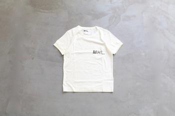 MHL.のシンプルロゴT。胸ポケットにスタンプ風のプリントが入っていて、ナチュラルでどんなコーディネートにも合わせやすいデザインです。サイズ展開も豊富なので、ジャストサイズで着ても良し、大きめをオーバーサイズにして着ても良いですね!