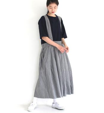 太めのサスペンダーで大人可愛くまとめたコーデ。ロングスカートでリラックスした雰囲気を楽しむのがおすすめです。リネンなどナチュラルコーデに似合う素材をセレクトするのもPOINT。