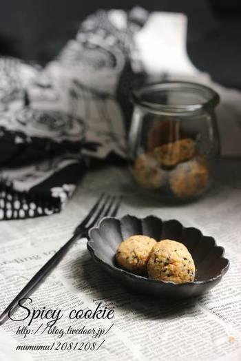 甘いものが苦手という方、甘くないスーツはいかがですか?こちらは黒ゴマの香りに黒コショウが効いたクッキーです。砂糖不使用&グルテンフリーで体にも嬉しいレシピ。