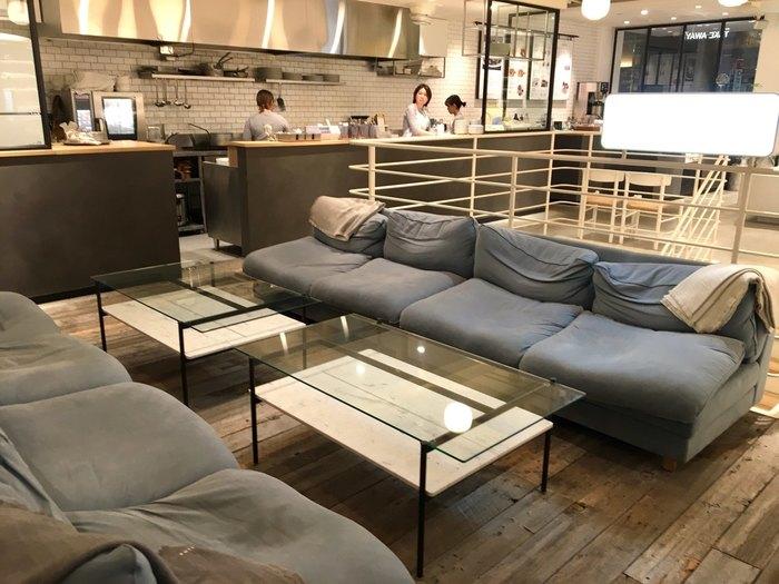 「shiro 自由が丘店」は、北海道にある「shiro 砂川本店」に続く、国内2店目の「shiro cafe」です。 2018年の6月1日から自由が丘店のカフェメニューがすべてヴィーガンメニューとなり、さらにシンプルに素材の美味しさが追求された目メニューへと一新されました。 店内も広々&ゆったりとした空間で落ち着けそうですね。