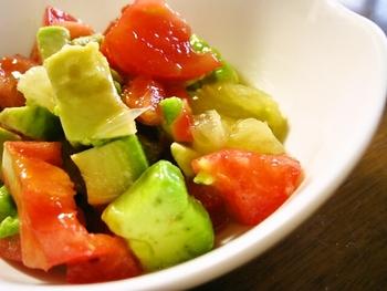 材料を一口大にカットしてオリーブオイルと塩をかけて混ぜるだけの簡単レシピ。栄養価の高いアボガドにグレープフルーツの酸味がトマトとマッチして爽やかなサラダに。洋風メニューの副菜にどうぞ。