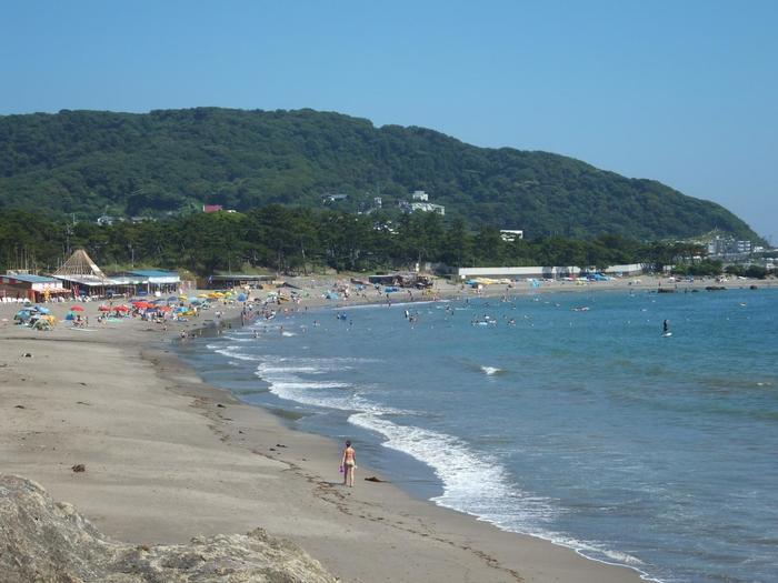 環境省による「日本の水浴場(すいよくじょう)88選」の一つ。 海水浴場におきまりの騒音や雑然とした店がないのは、御用邸の存在によって環境が守られてきたため。