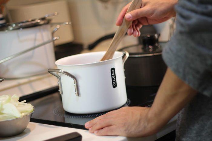 お料理はなるべく効率よく作りたいけど、分量を量ったり、お鍋の蓋を置く所が無くてあたふたしたりと、何かとスムーズに行かない事が多いですよね。いざ食べる時も、取り分けたりする時にせっかくの料理が崩れてしまったり、後片づけの時にはキッチンを清潔に保つ為に、拭き掃除に時間がかかったりと、毎日手間がかかる事ばかり。今回は、そんな料理から後片づけまでをアシストする、便利アイテムをご紹介します。