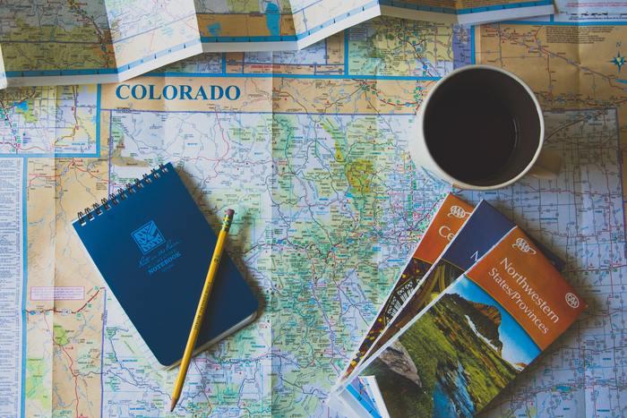 無料で手に入れることができる観光地図は、家に帰ってからも旅の思い出を鮮明に思い出させてくれるアイテムです。地図を見ながら「ここをこう歩いて、あそこへ行ったね」なんて会話を何年経っても語り合うことができます。観光の際は、現地で使う用のものと、家に保管する用をもう一部取っておいてはいかがですか。もちろん、現地で使い古してメモがたくさん残った状態のものも、それはそれで味が合って良いでしょう。