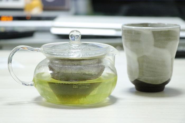 淹れた緑茶はあまり日持ちがしないため注意が必要です。水出しの場合も含めて、入れた緑茶はその日のうちに飲み切るようにしましょう。温かい緑茶は時間が経つと、酸化して茶色くなってしまい味が落ちるので、なるべく淹れ立てを飲むのがベスト。手早く冷やすと変色は防げますので、作り置きしたいときには、濃いめに入れて氷で冷やすなどして冷蔵庫で保存しましょう。寝る前に水出し緑茶をセットして次の日に飲む場合は、次の日のうちに飲み切れる分量だけ作ると良いですね。