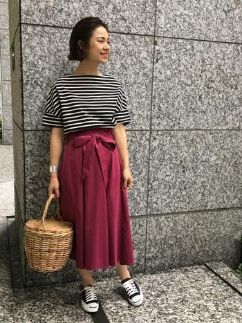 定番のボーダースタイルも、ブラックをベースに&くすみ系のエンジ色のスカートを合わせることでシックな雰囲気に。ゆったりとした5分袖トップスが一枚あると、季節の変わり目に重宝します。