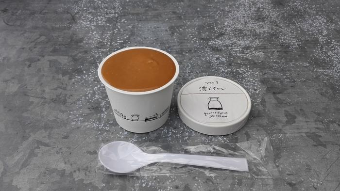 濃いプリン味のアイスの上のほろ苦いカラメルソースがたっぷりの1番人気の「濃くプリン」。