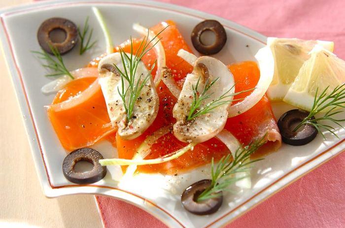 スモークサーモンに、生のマッシュルームなどを合わせたおしゃれなカルパッチョ。鮮やかなサーモンには、ブラックオリーブがぴったり。また、繊細なディルを散らすと、見た目も風味もぐっとアップします。