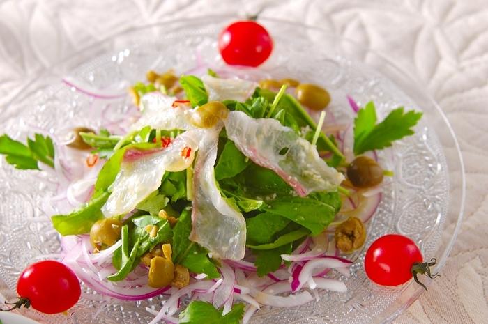 魚介のカルパッチョは、刺身を野菜とともに盛り付け、オリーブオイルやビネガー・レモン汁などを主体にしたソースをかけて、さっぱりといただきます。ニンニクはみじん切りにしてソースに加えるレシピもあれば、ニンニクをお皿にこすりつけて香りを移すレシピもあります。