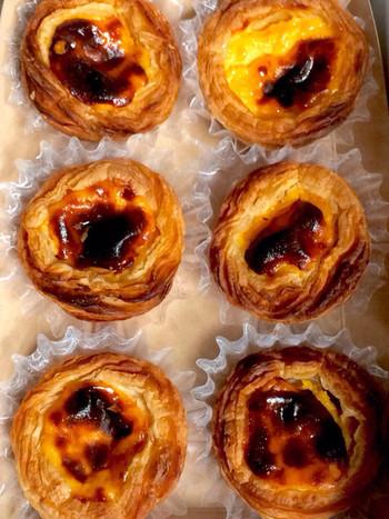 ポルトガルの伝統菓子の一つ「パステル・デ・ナタ」はパリッとしたパイ生地、卵とバターの味が特徴。日本ではエッグタルトと呼ばれているお菓子です。小ぶりなのでたくさん買ってお土産にもしやすいですよ。