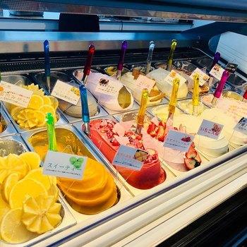 北海道・帯広にある「JEWELRY GELATO(ジュエリー ジェラート)」は、道民はもちろん、帯広を訪れたらぜひ寄りたいと言われるほど注目の店です。店内には、毎日14~16種類ほどの色鮮やかなジェラートが並んでいます。
