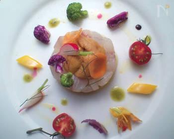 お皿にセルクルを置いて、味つけして冷やしておいた白身魚を詰めていきます。まわりには、ディルやセルフィーユ、シブレットなどのハーブや、きれいな野菜をレイアウト。絵画のように美しいビジュアルサラダのできあがりです♪