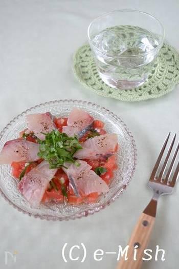 オリーブオイルと塩麹で味付けした、アジのカルパッチョ。たっぷりトマトとバジルを添えて、イタリアンな雰囲気に。トマトは、種を取っておくと水っぽくならず安心です。