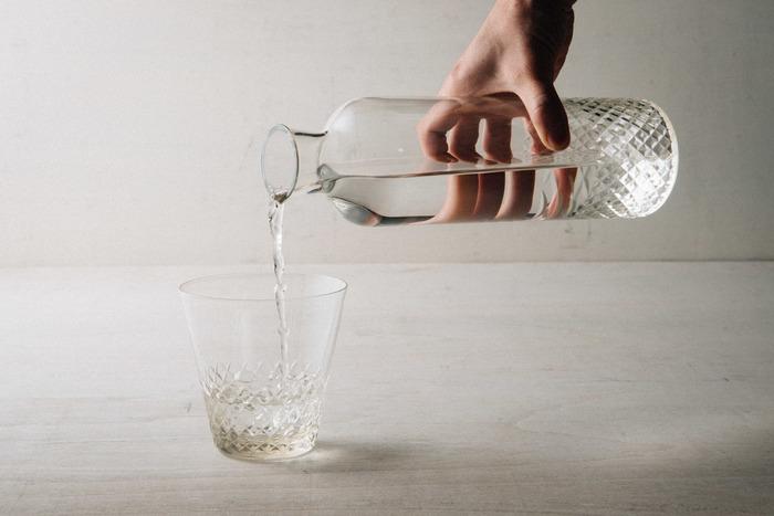 「綾」シリーズと名付けられたグラスとボトル。ノスタルジックな雰囲気を持つ琥珀のガラスに伝統的な江戸切子の「あられ紋」を施した、東京下町の熟練職人の手による逸品です。手がけたのはこちらも老舗硝子店「廣田硝子」。  うっすらと茶色がかった美しいオパ-ル色がロマンチック。水を入れると、切子の模様が反射してさらに美しい表情を見せてくれます。眺めているだけでも涼やかで満たされた気持ちに。