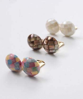 きらきらとした貝殻の質感とモザイク柄のようなデザインが大人っぽくて素敵なイヤリング。ヨーロッパのアンティーク品のようでいて日本製&新品です。