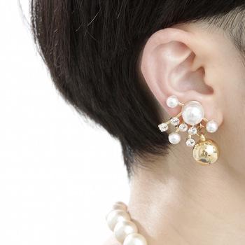 プラパール×クリスタルでとっても華やかな印象に魅せてくれるイヤリング。インパクト大なデザインですがパールのお陰で上品さも忘れずに。クリップ式のイヤリングになっているのでドレスクリップとして胸元につけてもオシャレ♪