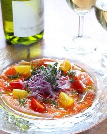 お食事の序章となるオードブルにふさわしい美しい色合い。カルパッチョの野菜は、紫玉ねぎやカラフルトマトなど、コントラストのはっきりした華やかな野菜を組み合わせるのもコツです。