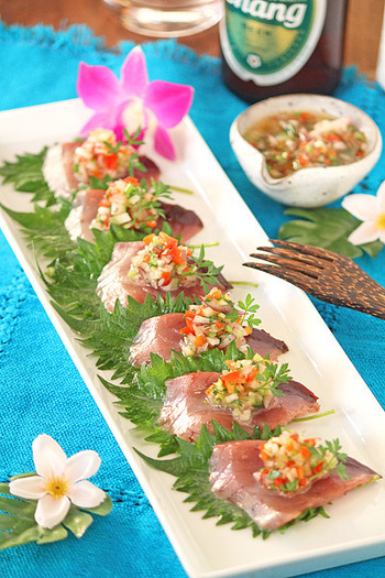 カツオの刺身に、ナンプラーをベースにしたエスニックソースを紫玉ねぎ・パクチーなどのみじん切り野菜にからめたものをトッピング。夏にぴったりの南国の味。カルパッチョを前菜に、エスニックなメニューでテーブルを飾ってみるのも素敵♪