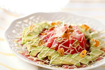 マグロとアボカドは、食感が似ていて、相性のいいコンビとしてよく使われますね。アボカドの濃厚さで、食べ応えのある一品になります。色合いもきれい。