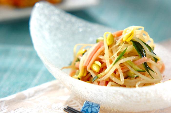 豆モヤシ、きゅうり、ハムを調味料で和えるだけの簡単レシピ。 豆モヤシはシャキシャキっとした食感を残す程度に茹でるのがポイント! シュウマイと一緒に、さっぱりと頂ける一品です。