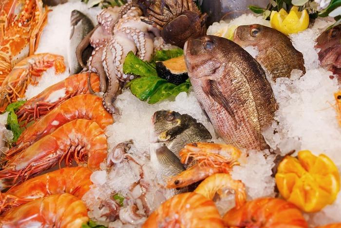 カルパッチョに使う魚介は、鯛などの白身魚のほかにも、タコやホタテ、サーモン、マグロ、アジ、カツオなどさまざま。旬の味をシンプルなカルパッチョで満喫したいですね。
