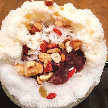 食べていくと…中にはナッツとあんこがたっぷり。シンプルな外側のイメージを覆すサプライズにうれしくなりますね。甘さ控えめなあんこと、ザクザク食感のナッツがふわふわの氷と合わさって絶妙な食感。他にも、季節限定のメニューがたくさんあるので、何度も通いたくなること間違いなしです。