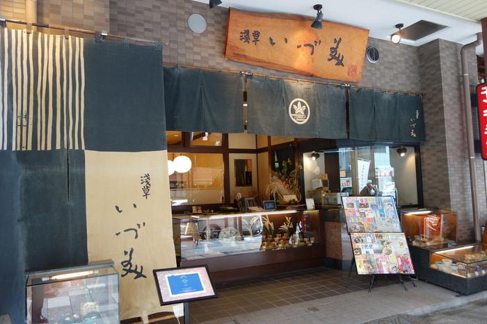 雷門通り沿いにある「浅草いづ美」は、つくばエクスプレスの浅草駅から歩いて5分ほどのところにあります。
