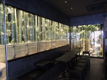 竹や日本庭園を眺められる店内は、シックな和の雰囲気。夏は浴衣を着て訪れるのも似合いそうですよね。
