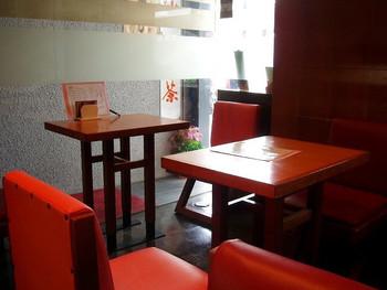 """昭和レトロな雰囲気の店内は、地元の下町っ子でいっぱい。カフェでも喫茶店でもなく、まさに""""甘味処""""というのがぴったりな空間です。"""