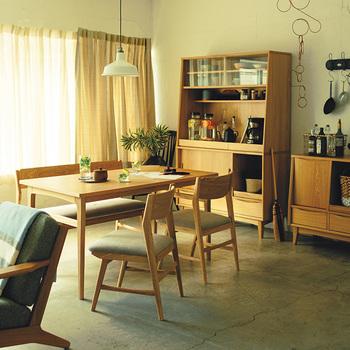 北欧のおうちにあるような、ナチュラルなテイストたっぷりのダイニングテーブル・SIGNE。丸みがあるので柔らかな空間にぴったり。SIGNEのチェアやベンチとそろえた、まとまりのあるコーディネート。