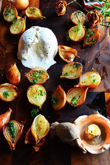同じく玉ねぎを使ったレシピですが、こちらは小玉ねぎ(ペコロス)を使って。皮ごと半分に切ったら、シーズニングスパイスやパセリ、オリーブオイルを回しかけてじっくり焼くだけでできあがります。見た目も可愛い玉ねぎにブッラータの組み合わせは、パーティのおもてなし料理にもぴったり。