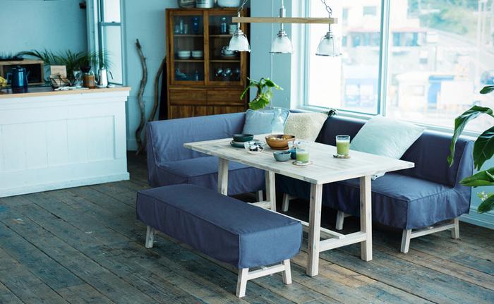 同じMANOAのベンチと合わせれば、リゾート地のような雰囲気のダイニングに。ブルーのカバーと、テーブルとチェアの脚に施されたホワイトウォッシュの塗装は、夏らしい清涼感をもたらします。