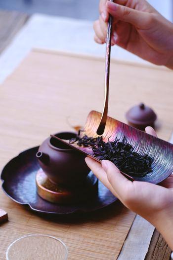 そんな台湾茶をお家で楽しむためにはどうしたらいいのでしょう?「専用の道具とか必要なのかな?」と思われるかもしれませんが、どうかご心配なく!お家にあるお茶専用のポットを使えば、ちゃーんと美味しく淹れられるんです♪