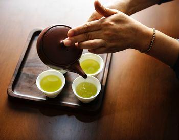 """蒸らし時間は1分から1分半が目安。時間が来たら、温めていたカップを用意して、そこに注いでいきましょう。お茶は最後の一滴まで出し切って下さいね。台湾茶は""""ゴールデンドロップ""""と言って、最後の一滴がそのお茶の味をさらに良くしてくれます。このポイントを抑えると本格的な味に近づけちゃいますよ!"""