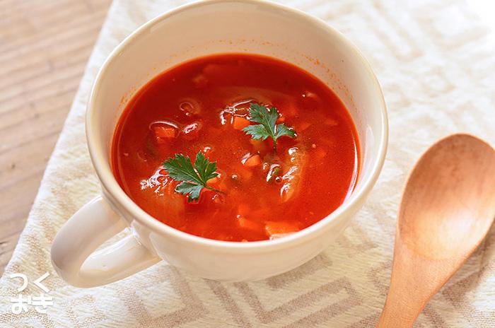 つくり置きしておいた「トマトスープ」と「コンソメスープのもと」をつかった時短レシピ。なんと、2つを混ぜ合わせてお湯を注ぐだけでスープが完成します。 トマトスープをつくり置きしておけば、パスタや煮込み料理に活用できます。1週間くらい日持ちするので、毎日のお料理がグンとラクになりますね♪