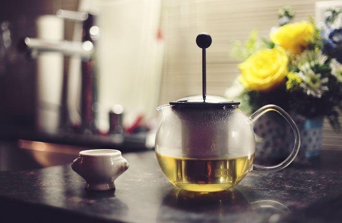 もちろんガラスポットでもOK!茶器が用意出来たら、熱いお湯を注いでポットを温めましょう。美味しいお茶を淹れるには温度管理がとっても重要。お茶を淹れる時に温度が下がったりしないよう、忘れずに温めましょう!