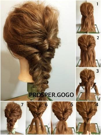 【くるりんぱ・三つ編みのMIXアレンジの作り方】  1.ハーフアップにしてゴムでまとめます。 2.ハープアップにした髪をくるりんぱします。 3.さらにその下にもう一段、左右の髪をまとめてハーフアップを作り再びくるりんぱします。 4.残った毛束を三つ編みにして毛先まで編みゴムで留めます。 5.二つのくるりんぱ部分と三つ編みの編みおろした部分が自然に馴染むように、全体のバランスを見ながらほぐして完成。