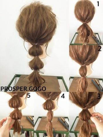 【玉ねぎヘアアレンジの作り方】  1.低い位置で髪を一つに束ねます。 2.根本のゴムから5cmほど下の部分をさらにゴムで結びます。 3.1と2の間の毛束を少し引き抜くようにして、丸みのあるフォルムに仕上げます。 4.丸く膨らんだ玉ねぎ部分からさらに5cm下をゴムで結び毛先に向かって2~3を繰り返していきます。 5.最後に、1の根本のゴムを押さえながら後頭部の髪の表面をすくうようにしてトップにボリューム感を出して完成。