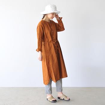 一年を通してファッションアイテムとして取り入れやすい「ハット」は、カジュアルな印象が強く、ボーイッシュな雰囲気になってしまいがち。でも、合わせるヘアアレンジ次第で、ガーリーな雰囲気にも大人っぽい雰囲気にも変えることができちゃいます。