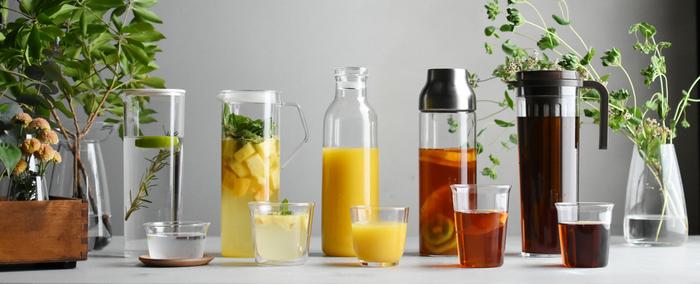 夏のドリンクを楽しむのに欠かせないガラス製のグラス。飲み物の色ごと目で楽しめる透明感や、さまざまな雰囲気に変化するデザイン・質感のバリエーションが魅力。毎日ゴクゴクと飲み干せる定番ドリンクも、カフェで出てくるようなおしゃれなサマードリンクも、グラスひとつで印象が変わりますよ。